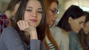 Pose della studentessa al corridoio di conferenza archivi video