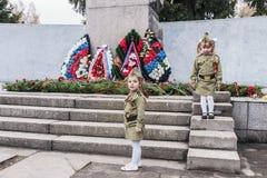 Pose des guirlandes au monument aux soldats sur le festin Photographie stock