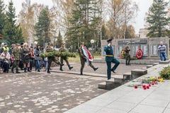 Pose des guirlandes au monument aux soldats sur le festin Images libres de droits