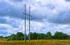 Pose des lignes électriques, des poteaux et des fils de la ligne de transmission ensemble Photos stock
