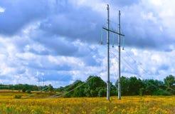 Pose des lignes électriques, des poteaux et des fils de la ligne de transmission ensemble Photos libres de droits