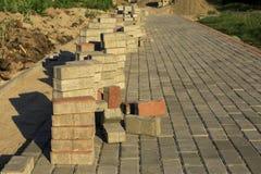 Pose des pavés concrets gris Réparation du trottoir photo libre de droits