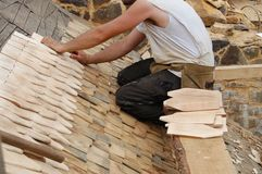 Pose des tuiles de toit en bois Photographie stock libre de droits