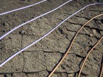 Pose des tuyaux du système d'irrigation par égouttement sous la future pelouse photo stock