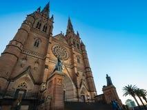 Pose devant la cathédrale du ` s de St Mary à Sydney photographie stock