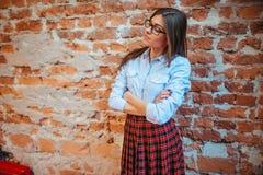 Pose di modello dello studente per i fotografi L'arte che elabora e ritocca Fotografie Stock Libere da Diritti