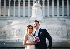 Pose di nozze dello sposo e della sposa davanti all'altare del Fatherlan Fotografie Stock Libere da Diritti