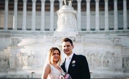 Pose di nozze dello sposo e della sposa davanti all'altare del Fatherlan Immagini Stock