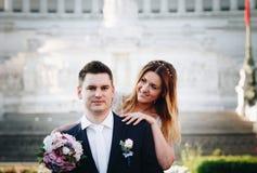 Pose di nozze dello sposo e della sposa davanti all'altare del Fatherlan Immagine Stock Libera da Diritti