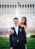 Pose di nozze dello sposo e della sposa davanti all'altare del Fatherlan Immagine Stock