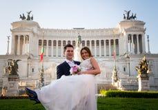 Pose di nozze dello sposo e della sposa davanti all'altare del Fatherlan Fotografia Stock