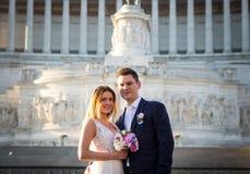 Pose di nozze dello sposo e della sposa davanti all'altare del Fatherlan Fotografia Stock Libera da Diritti