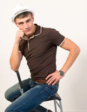 Pose di seduta dell'uomo. Fotografia Stock Libera da Diritti