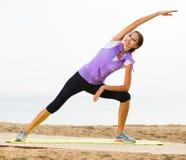 Pose di yoga di addestramento della ragazza Fotografia Stock Libera da Diritti