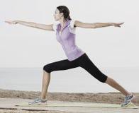 Pose di yoga di addestramento della ragazza Immagini Stock Libere da Diritti