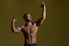 Pose do bíceps do halterofilismo Fotografia de Stock