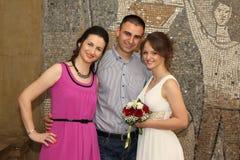 Pose do casal e da irmã foto de stock royalty free