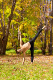 Pose do chandrasana de Ardha da ioga Imagem de Stock Royalty Free
