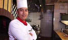 Pose do cozinheiro chefe no trabalho Foto de Stock Royalty Free