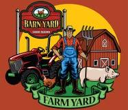 Pose do fazendeiro com sua jarda do trator e de exploração agrícola Imagem de Stock Royalty Free