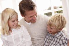 Pose do homem e das crianças no estúdio Imagem de Stock Royalty Free