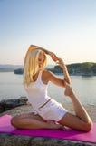 Pose do pombo da ioga Fotografia de Stock Royalty Free