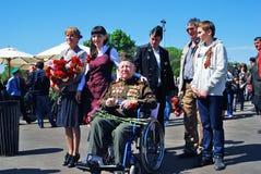 Pose do veterano de guerra e dos jovens para fotos Imagem de Stock Royalty Free
