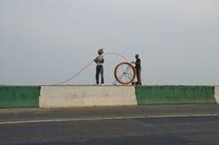 Pose du câble à fibres optiques Photo stock