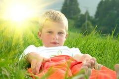 Pose du petit garçon photo libre de droits