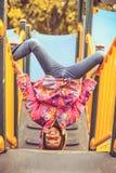 Pose engraçado Criança no campo de jogos foto de stock