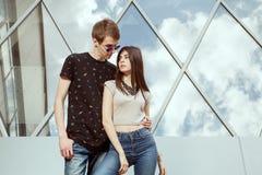 Pose extérieure de couples dans le style de mode Image libre de droits