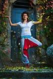 Pose exterior do equilíbrio da árvore do dia do outono da ioga da prática da jovem mulher foto de stock royalty free