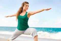 Pose fazendo fêmea bonita do guerreiro da ioga Fotografia de Stock Royalty Free