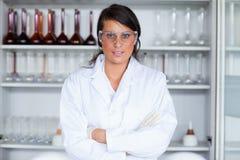 Pose femelle d'étudiant de la science photos stock