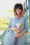 Pose femelle de sourire avec la guitare dehors Photo stock
