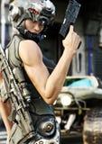 Pose femelle futuriste d'opération spéciale avant l'extinction sur une mission illustration stock