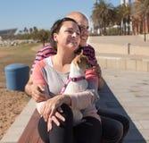 Pose femelle masculine et d'une cinquantaine d'années sur le banc de rue Photos libres de droits