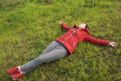 Pose femelle sur la pelouse Image stock