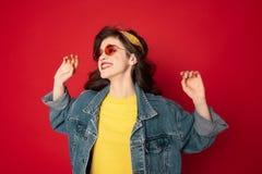 Pose gaie de fille de hippie d'isolement sur le rouge images libres de droits