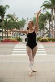 Pose gracieuse de ballet au niveau de rue Images libres de droits