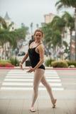 Pose gracieuse de ballet au niveau de rue Images stock