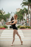 Pose gracieuse de ballet au niveau de rue Image libre de droits