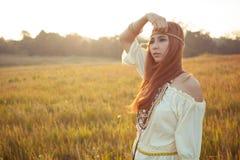 Pose hippie de femme photo stock