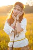 Pose hippie de femme image libre de droits