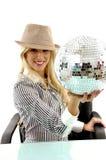 Pose lateral da esfera de sorriso do disco da terra arrendada da mulher Fotos de Stock Royalty Free