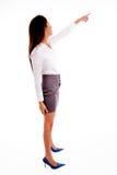 Pose lateral de apontar ereto da mulher de negócios Fotos de Stock Royalty Free