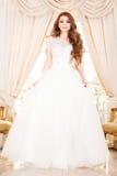 Pose élégante de femme de jeune mariée Images stock