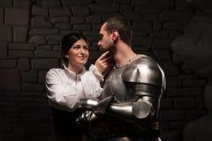 Pose médiévale de chevalier et de dame Images stock