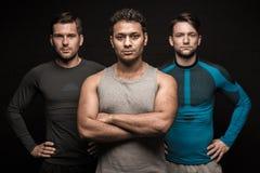 Pose masculine de trois athlètes d'amis Photos stock