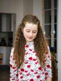 Pose mignonne d'adolescente d'intérieur photographie stock libre de droits